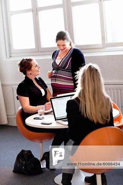 Schwangere Frauen in einem Büro