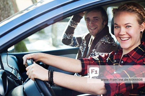 Junges paar in Auto sitzt