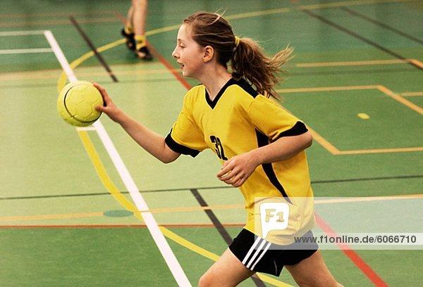 Mädchen spielen handball