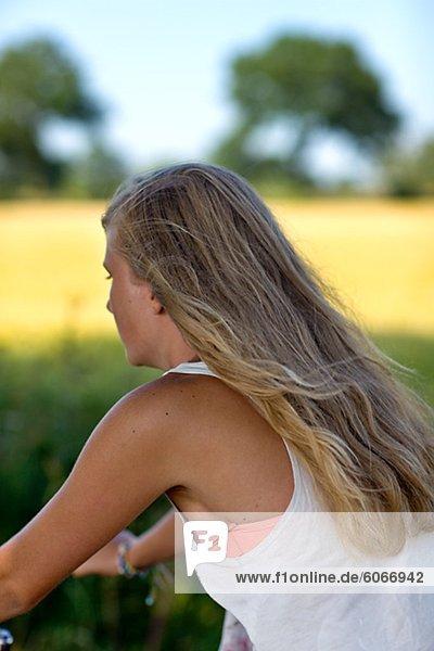 Nahaufnahme von blonde Mädchen Radfahren