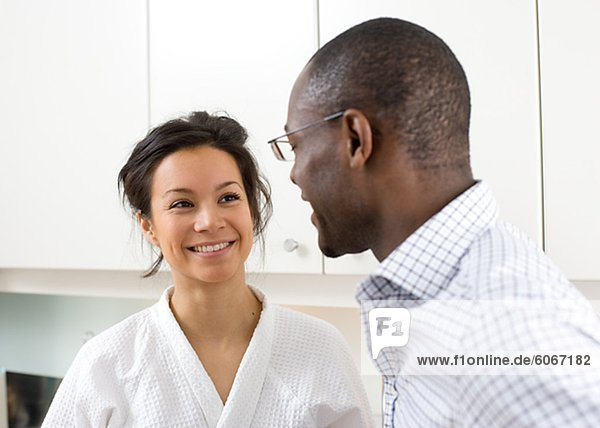 Paar in Küche lächelnd