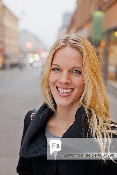 Porträt von Frau lächelnd Außenaufnahme