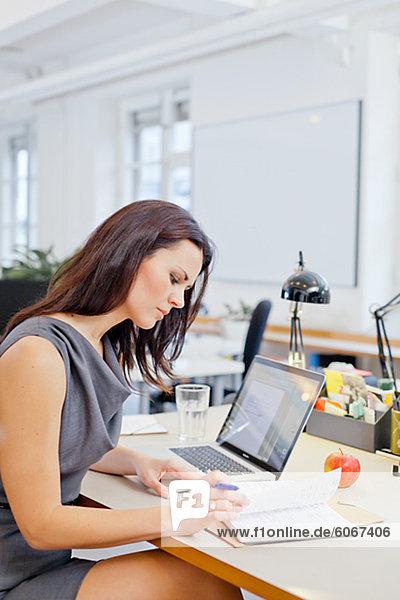 Geschäftsfrau arbeiten in Office-Umgebung