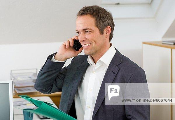 Kaufmann im Büro sprechen auf Handy