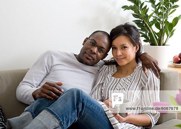 Entspanntes Paar auf dem Sofa