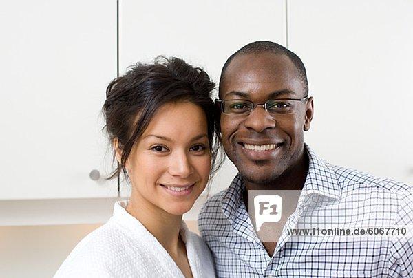 Porträt von glückliches Paar in Küche am Morgen