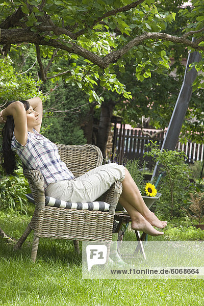 Frau Entspannung im Garten