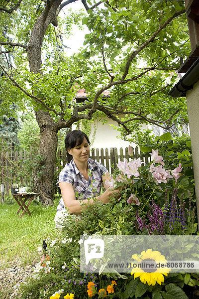 Frau kümmert sich um ihren Garten