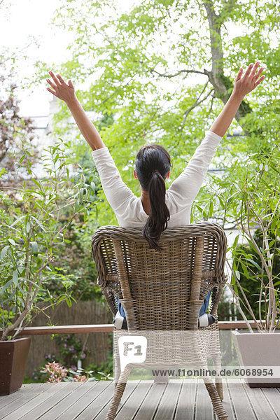 Frau entspannenden auf Terrasse