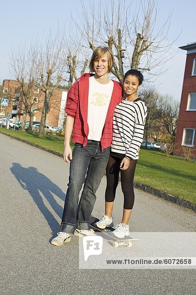 Teenage paar stehen  Lächeln  Porträt