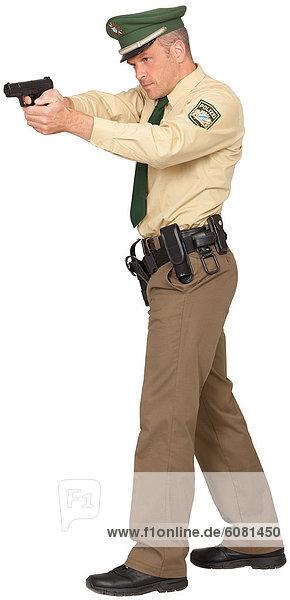 Polizist zielt mit Pistole  schräg