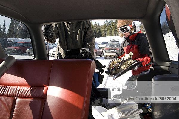 beladen  Jugendlicher  Snowboard  Junge - Person  Geländewagen  2