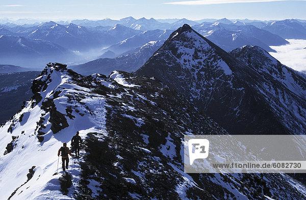 Bergsteiger  Berg  Winter  Berggipfel  Gipfel  Spitze  Spitzen  früh  2  Klettern