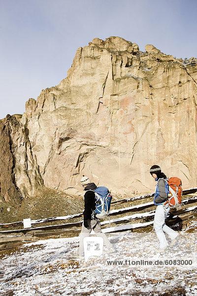 Bergsteiger  Felsbrocken  gehen  folgen  Steilküste  Hintergrund  2