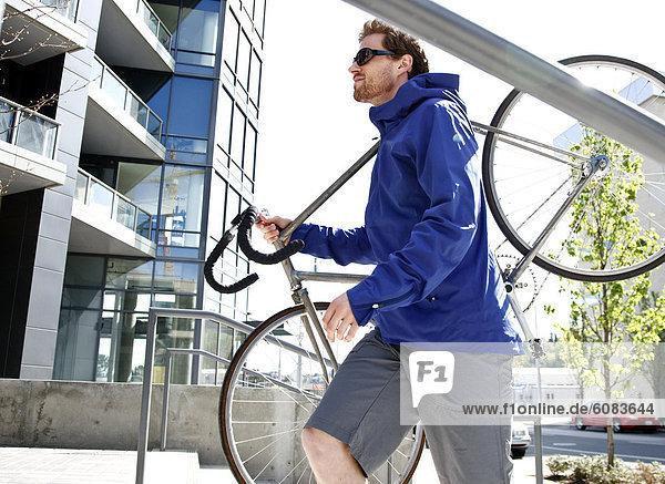 Mann  tragen  Großstadt  jung  Fahrrad  Rad