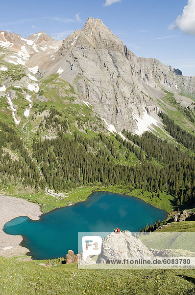 Felsbrocken  Frau  über  See  blau  Colorado