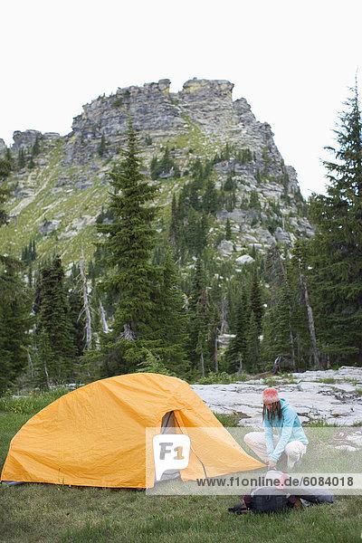Frau  Entspannung  Landschaftlich schön  landschaftlich reizvoll  camping  Zelt  Zimmer  Erwachsener