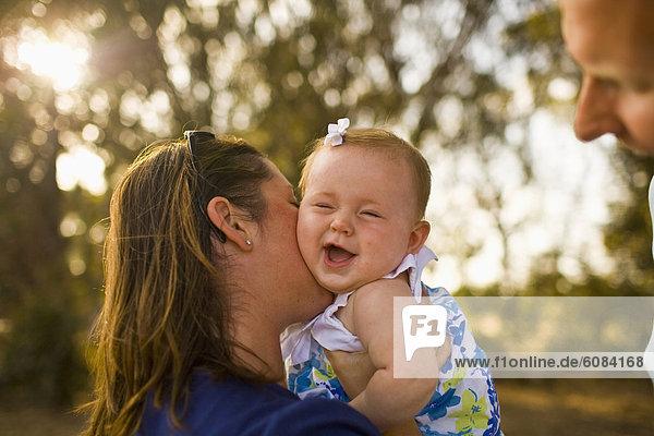 durchsichtig  transparent  transparente  transparentes  Tag  lächeln  Baum  küssen  Hintergrund  Blendenfleck  lens flare  Mädchen  Mutter - Mensch  Baby  Kalifornien  Sonne