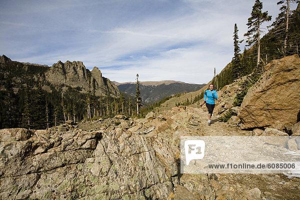 Frau  Berg  Felsen  folgen  rennen  vorwärts  Colorado