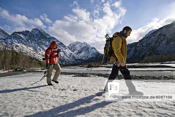 Bergsteiger  Biegung  Biegungen  Kurve  Kurven  gewölbt  Bogen  gebogen  gehen  Schnee  Eis  Fluss  2  jung  Klettern  Nachmittag  Alaska  Weg