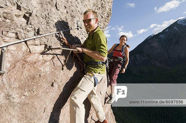 Felsbrocken  Außenaufnahme  Frau  Mann  klettern  Colorado  Telluride