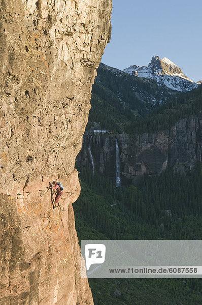 Felsbrocken  Außenaufnahme  Frau  klettern  Colorado  Telluride