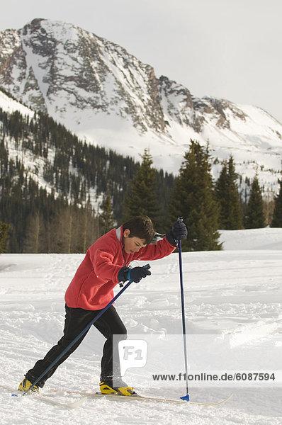 überqueren  Junge - Person  Wald  Skisport  jung  Colorado  Kreuz