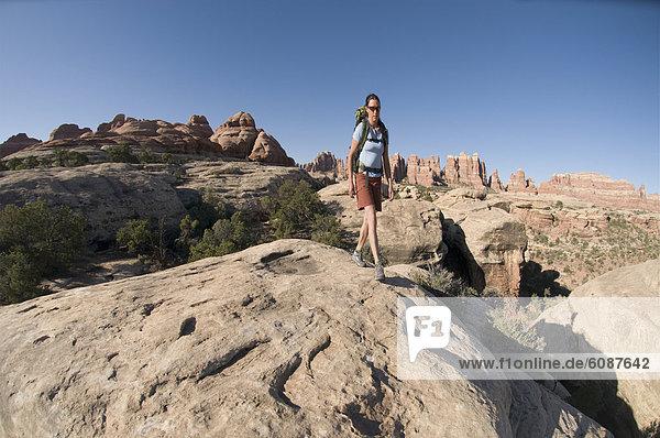 Felsbrocken  Frau  wandern  vorwärts  Nähnadel  Nadel  Ortsteil  Sandstein  Utah