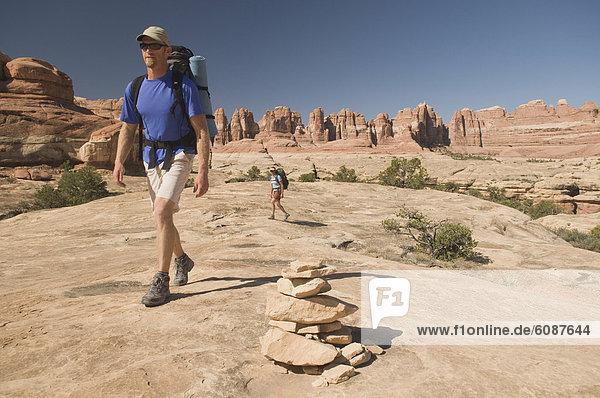 Frau , Mann , folgen , Markierung , wandern , Canyonlands Nationalpark , vorwärts , Cairns , Sandstein , Utah