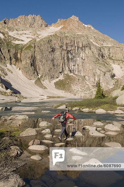 Felsbrocken  Mann  über  See  Landschaftlich schön  landschaftlich reizvoll  springen  Colorado  San Juan National Forest