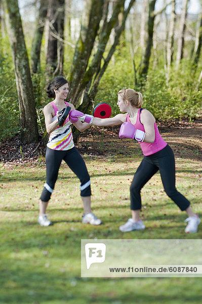 Außenaufnahme Frau üben 2 freie Natur trainieren work out