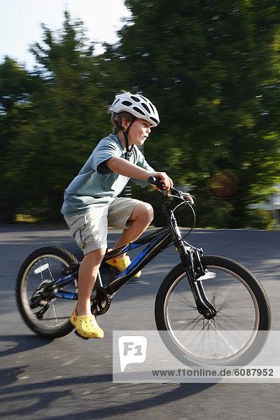 Junge - Person  fahren  Fahrweg