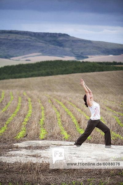 Frau  Wolke  Himmel  unterhalb  üben  Feld  Yoga  Brasilien