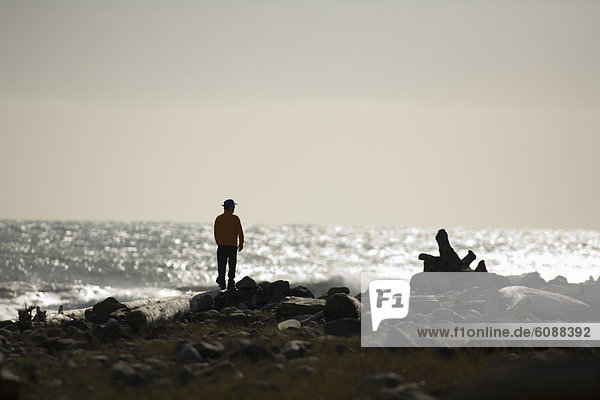 Mann Strand Küste Desorientiert