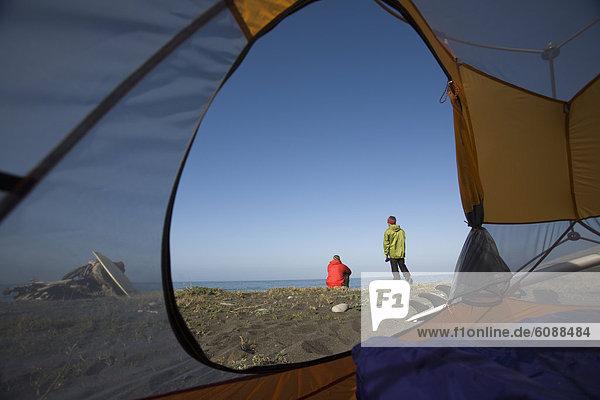Außenaufnahme  sitzend  Mann  Strand  Küste  Zelt  Desorientiert  2  Kalifornien