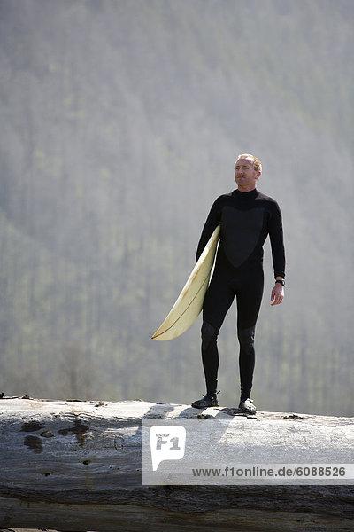 Mann  Baum  fallen  fallend  fällt  Küste  Surfboard  Desorientiert  Kalifornien