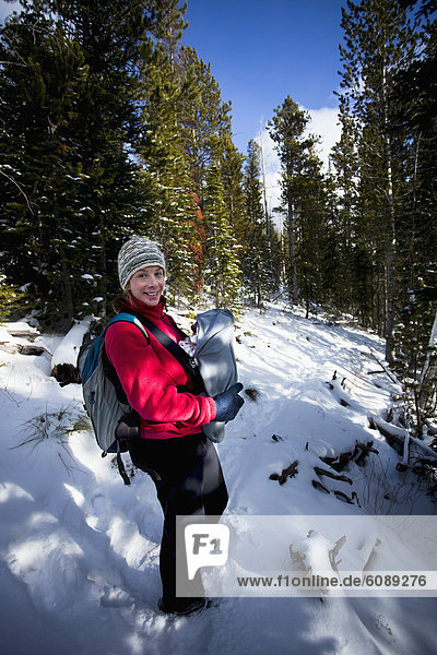 Neugeborenes  neugeboren  Neugeborene  Winter  folgen  Schnee  frontal  wandern  Fahrgestell  Mutter - Mensch  Baby  Fahrradgepäckträger  Gepäckträger