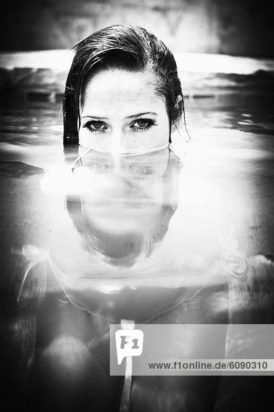 USA  Texas  Junge Frau beim Baden im Schwimmbad  Portrait