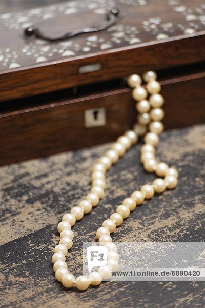 Deutschland  Perlenkette mit Schmuckkästchen