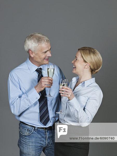 Ein reifes Paar trinkt Sekt  lächelnd