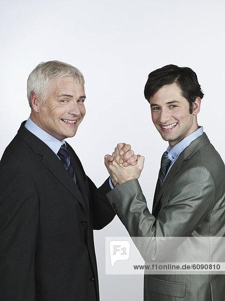 Männer halten Händchen  lächelnd  Portrait