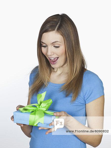 Junge Frau mit Geschenkbox