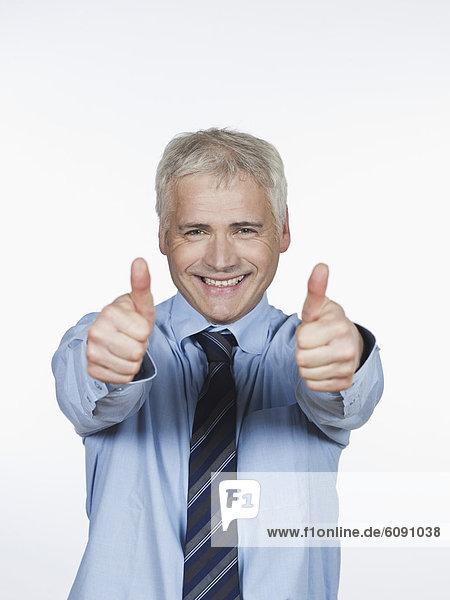 Reifer Mann mit Daumen nach oben  lächelnd  Portrait