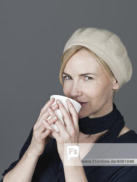 Reife Frau mit Tasse  lächelnd  Portrait