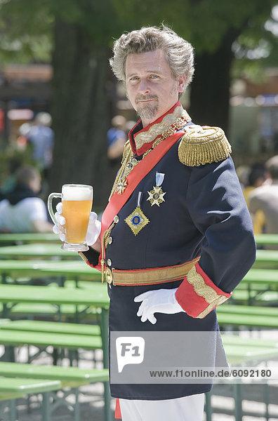 Deutschland  Mann als König Ludwig von Bayern mit Bierkrug  Portrait