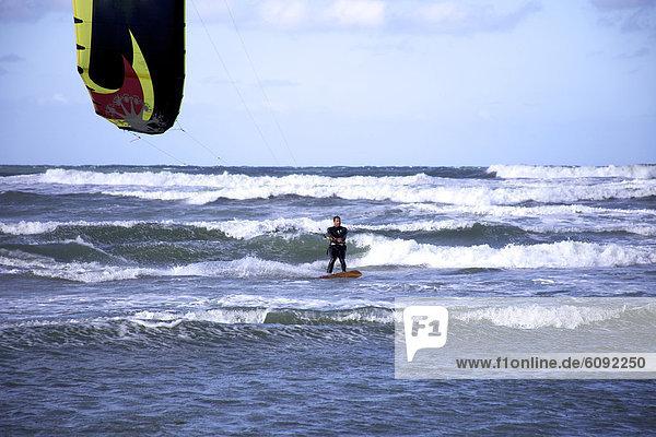 Kitesurfer  fahren  Wasserwelle  Welle