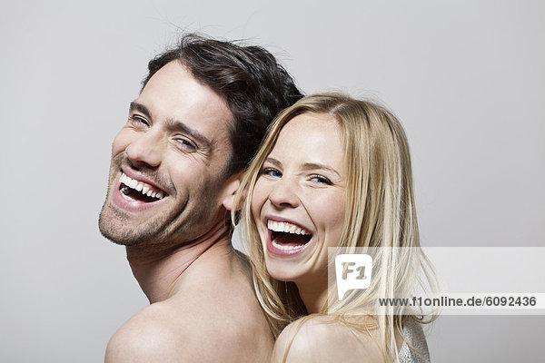 Paar umarmt sich  lächelnd  Portrait