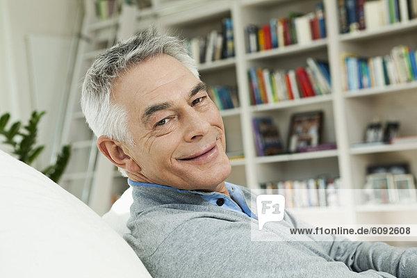 Senior auf Couch  Porträt
