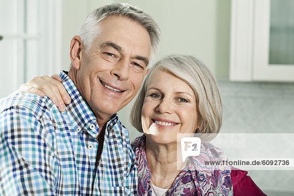 Deutschland  Berlin  Seniorenpaar lächelnd  Portrait