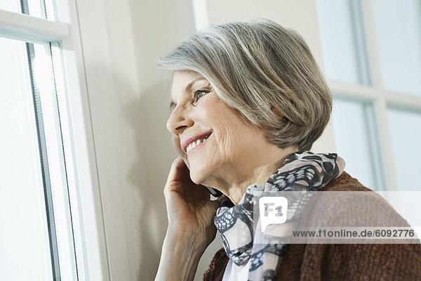 Seniorin mit Handy  lächelnd